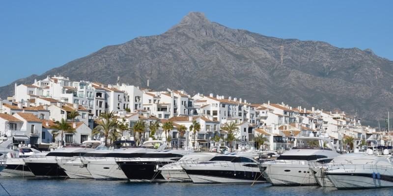 BlueBay Banús en Marbella - Yates en el Puerto de Banús